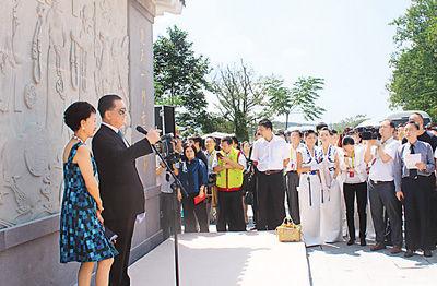 中国国民党荣誉主席连战偕家人,从海峡彼岸直抵湖北省广水市寻根问祖。