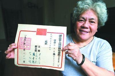 邓老师展示《任命状》。 记者何晓刚 摄