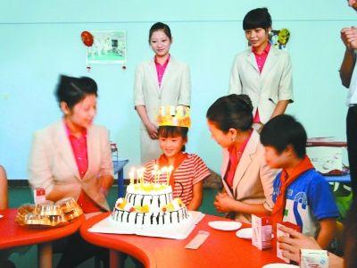 图为志愿者陪着张思过生日。