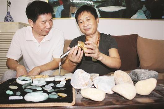 楚天金报讯 图为:李先生(右)拿出随身带的翡翠与朋友交流切磋