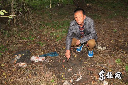 """村民李先生指出""""太岁""""发现地。"""