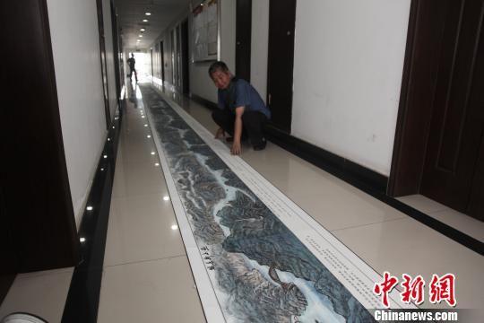 王红彻和他的手绘作品 林潇 摄