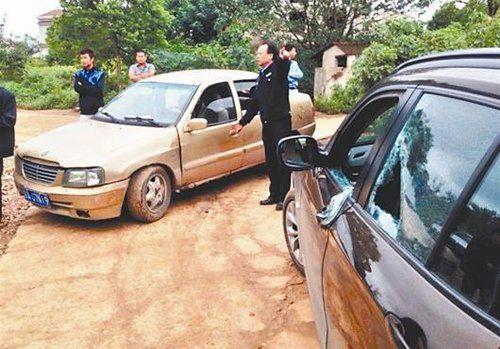图为:民警对涉案车辆进行调查