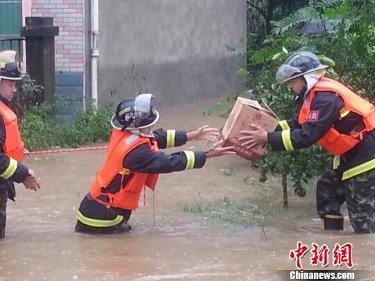帮助受灾村民转移物品 刘宏俊 摄