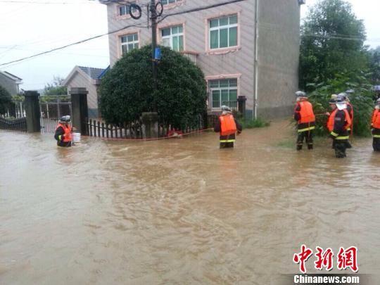 消防官兵正在展开救援 刘宏俊 摄
