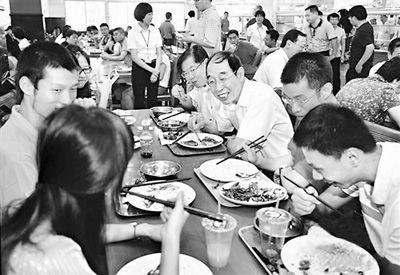 9月9日,福建省委书记尤权在厦门大学食堂与师生共进午餐。张永定摄