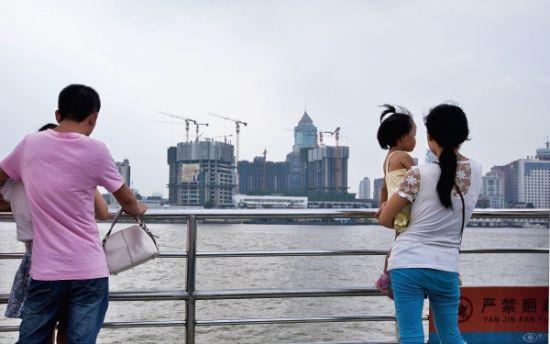 从武昌到汉口的轮渡上,沿途随处可见大规模的城建项目