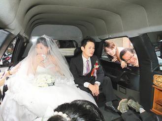 当道士的新郎杨钦约昨用了6辆加长版奔驰灵车迎娶。 记者林昭彰/摄影