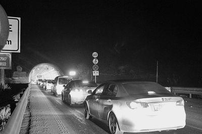 图为长阳段隧道内堵车情况。
