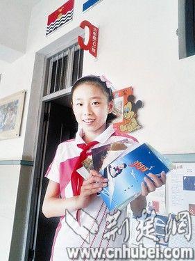 图为:曹玥和她的7本书