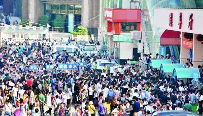 傅家坡长途汽车站广场上站满了等候上车的旅客。 记者李子云 摄