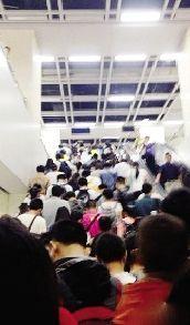 进站楼梯人满为患。 网友供图