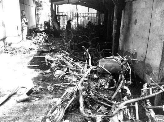 图为:20多辆电动车被烧成骨架 (记者周逸雄 实习生陈远宁摄)