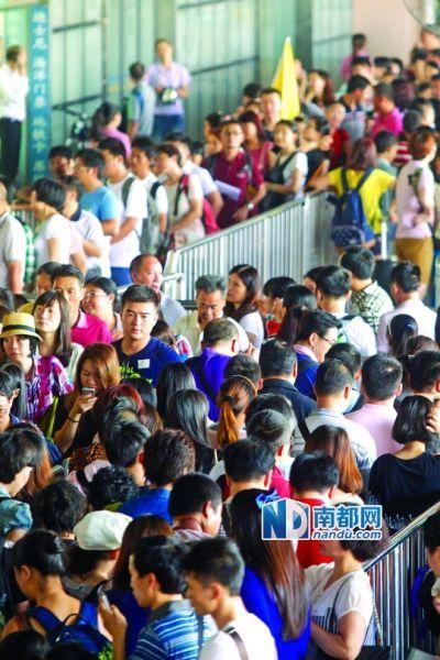昨日,《旅游法》实施首日,皇岗口岸团体通道门前等候过关的旅行团排长队。南都记者 王子荣 摄