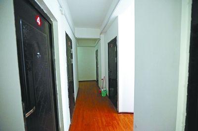 图为一套复式公寓的一楼被隔成6间房分开出租。记者杨涛摄