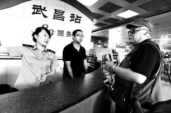 本报记者刘晓杰 通讯员刘奎书   十一黄金周首日,武昌火车站发送旅客数达到12.7万余人,创下今年单日发送旅客的最高纪录。   当天,本报记者以志愿者的身份,与武昌站580服务台的当班人员一道,在2小时内,帮助12批有出行困难的旅客上车。   华灯已初上,看着呼啸而去的列车,580服务台值班员们和记者祈愿:不论来往去留,只要您经过武昌站,希望您体会到武汉的温暖。   或拿行李或推轮椅 助力特殊乘客进车厢   10月1日早上8点30分,记者来到武昌站一楼候车大厅入口处的580服务台,以志愿者
