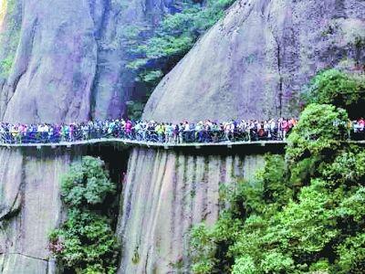 昨日下午五点,江西三清山栈道上人挤人。武汉游客周先生 摄