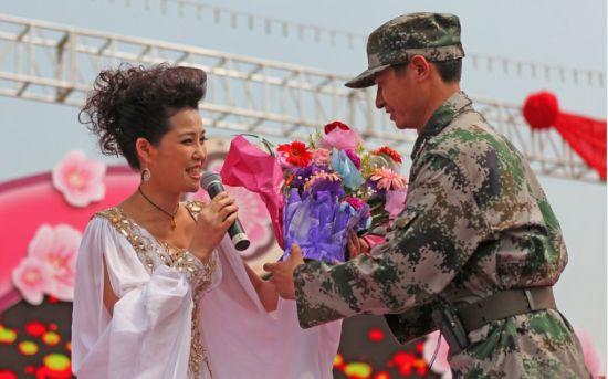 梦鸽献唱获战士送花旧照曝光,被赞似仙姑。