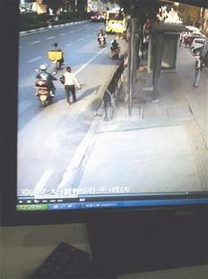 图为:监控录像拍下了摩的司机的身影