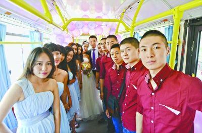 昨日,一对新人租用公交车举行婚礼 见习记者胡冬冬 摄
