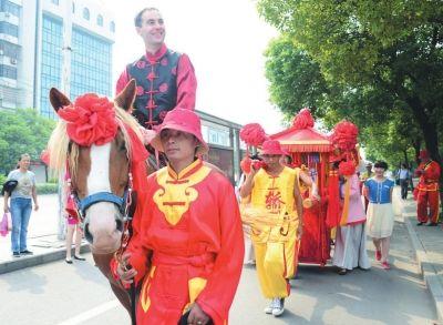 法国帅哥骑马迎娶荆州妹子。(记者记者梅闻摄)