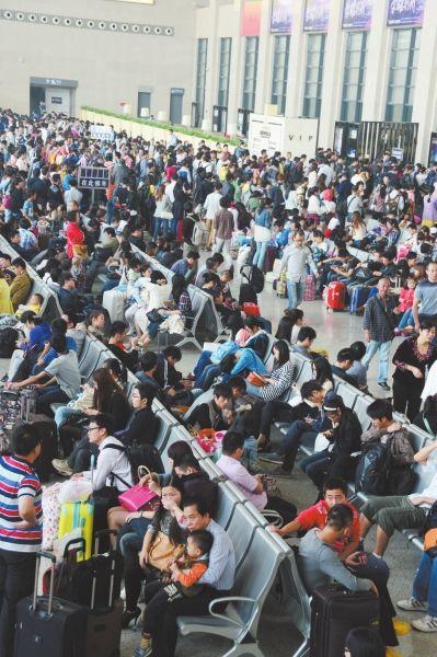 昨日是黄金周最后一天,荆州火车站人流如织。据站方介绍,火车站7天长假发送旅客突破16万人次。(记者梅闻实习生肖顺钦摄)
