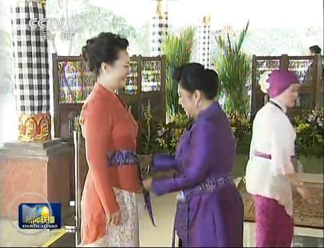 """印尼总统夫人阿妮亲手为彭丽媛系上印尼传统服饰""""纱笼"""""""