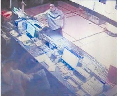 图为:男子抢劫酒店时的视频截图