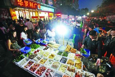新开辟的夜市满足附近大学生及居民的餐饮、休闲需求。记者苗剑 摄