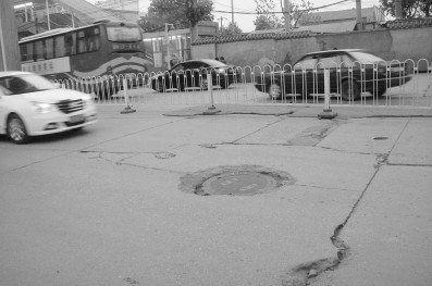 因车辆碾压下陷的窨井盖。