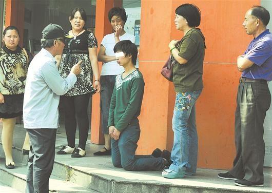 图为:市民在给小伙支招 记者黄士峰摄