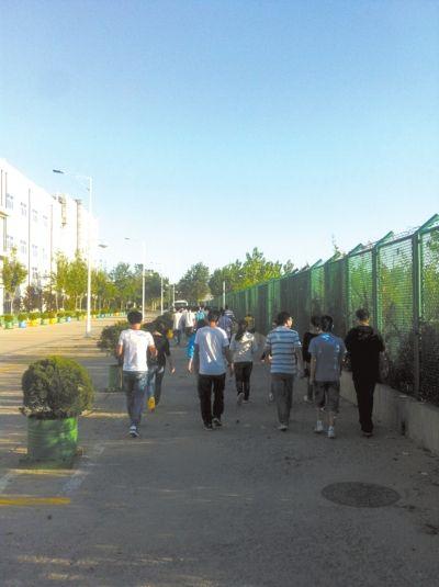 学生们一早走在去烟台富士康上班的路上。