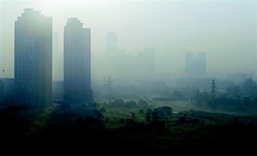 雾霾天气持续,部分地区空气质量为污染状态,建议市民出行佩戴口罩预防