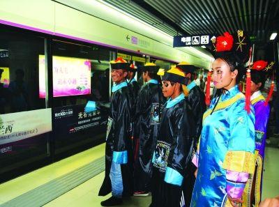 """""""僵尸""""乘地铁。 网友李小姐 摄"""