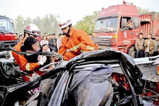 楚天都市报讯 图为:消防人员将小女孩成功救起
