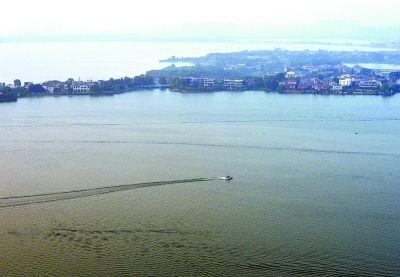 鸟瞰东湖,美不胜收。 记者熊波 实习生王卓 摄
