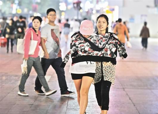 楚天都市报讯 图为:记者李响昨日摄于汉口江汉路