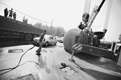 水泥槽罐车撞入对向车道侧翻,车祸导致三环线单向出现拥堵 记者陈卓 摄(实习生 郑永贞)