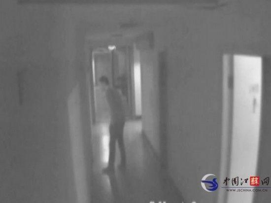 监控录像记录了猥琐男子的行为。