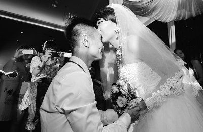 患有癌症晚期的新娘徐婷热吻新郎何展