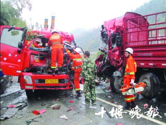 316国道十堰鲍峡路段两货车相撞致一死两伤(图)