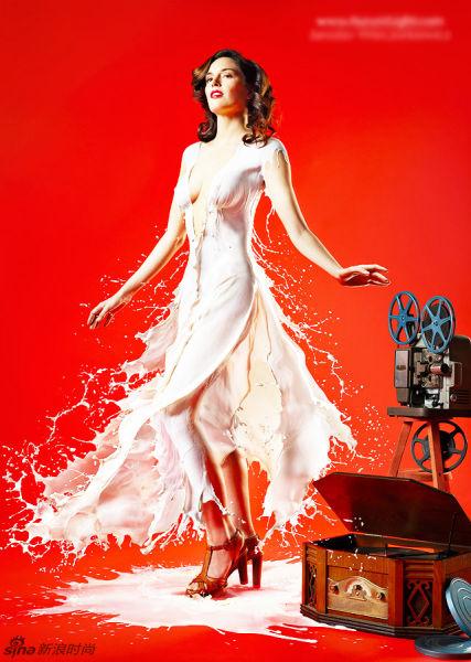 众女模身披白色乳液打造别致挂历 性感火辣