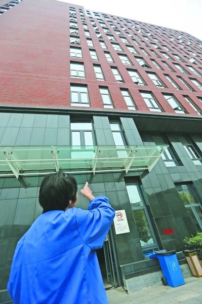 清洁工说坠楼者先落在玻璃屋檐后再弹落在地面。记者杨涛 摄