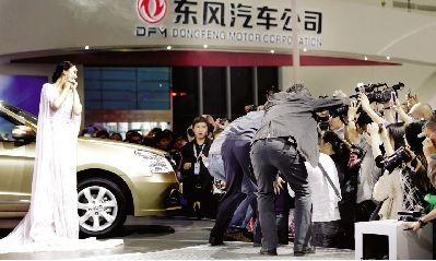 武汉两天14万人逛车展 超高人气吓退车模