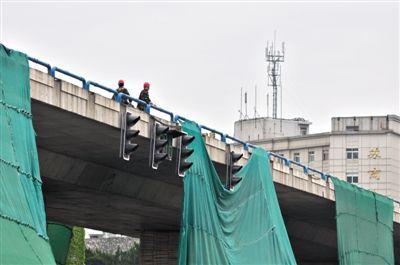 """去年4月,南京市城西干道上,工人准备拆除建成仅10多年的汉中门大桥。已被双规的南京市市长季建业任职南京后,砍伐梧桐树、拆城西干道、投巨资上马雨污分流等大量工程,古城南京不断被""""开膛破肚"""",引发民怨。 图/CFP"""