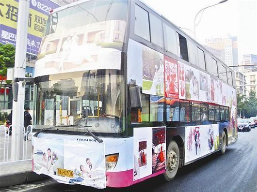 图为:被装饰一新的公交车