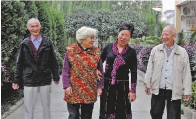 杨淑芳陪老人们散步。通讯员周钢 摄