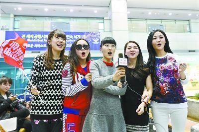 郜林妻子、张琳芃妻子、郑智妻子、孙祥妻子、冯潇霆妻子(从左至右)