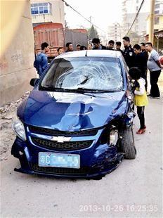 楚天都市报讯 图为:吸毒男子驾驶的轿车已经变形