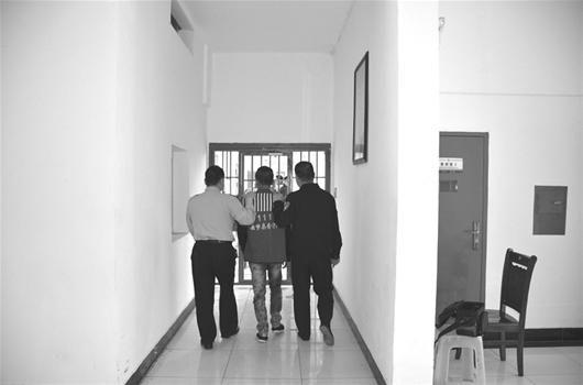 楚天都市报讯 图为:小枫(中)目前被收押在云梦县看守所